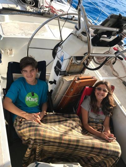 As crianças, depois de descobrirem uma maneira confortável de ficar no cockpit enquanto navegamos
